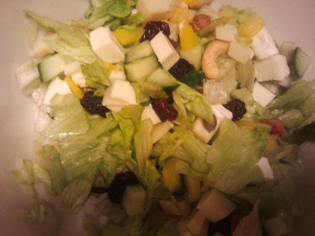 God sallad med nötter, ostbitar och grönsaker.