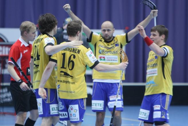 Tor har gjort ett av sina åtta mål. I mitten Juha Kivilehto. De övriga är bröderna Niklas och Joni Niiranen. Till höger kapten Peik Salminen.
