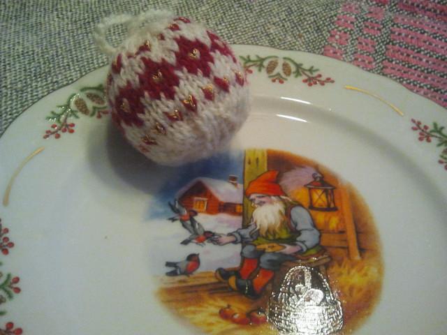 En stickad boll för granen och en fin tallrik att äta på.