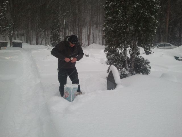 Snart julafton. Lite snöarbete och sedan ljus på gravarna.
