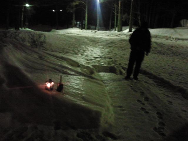 Svårt att fotografera i mörkret. En blåsig kväll och ett par minusgrader efter regnet hade förvandlat marken till iskana.