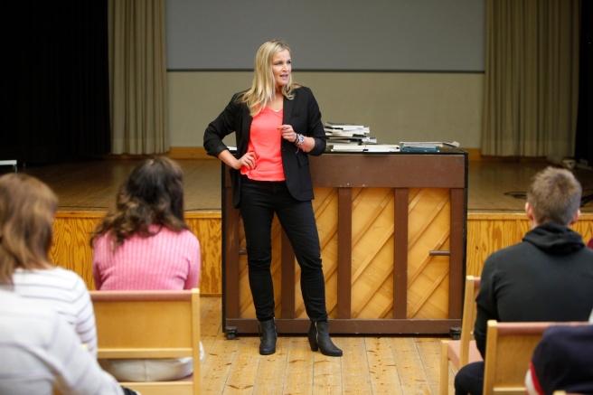 Underhållande föreläsning med viktigt budskap höll Anne Hietanen i Lovisa gymnasium i dag. Foto: Hanna Stringer.