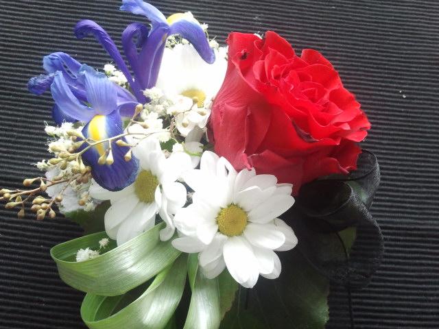 De små blomsterarrangemangen är fortfarande fina.