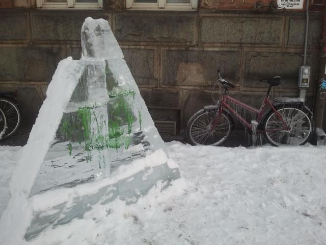 En isskulptur och en igenisad cykel.