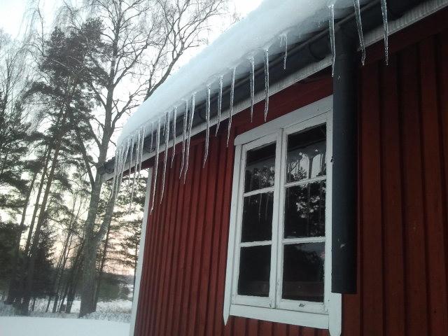 Kalla nätter, soliga dagar. Istapparna har blivit ganska långa på Kretsgångens utehus, faktiskt även Iskällaren kallat.