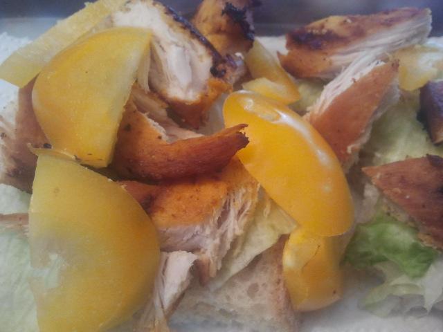 Dagens lunch. Paprika, kyckling,sallad, bröd.