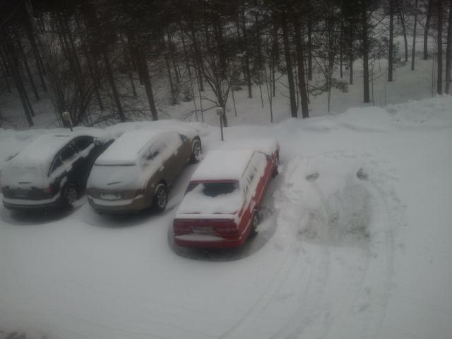 Det hade snöat under natten så vår parkering såg ut så här i morse.