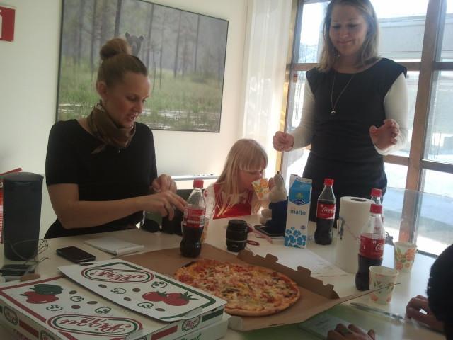 Jenny, Stella och Mira förbereder sig inför vårt pizzatest.