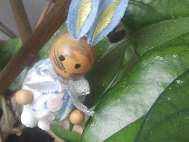 Pyttesmå harar gömmer sig i porslinsblomman.