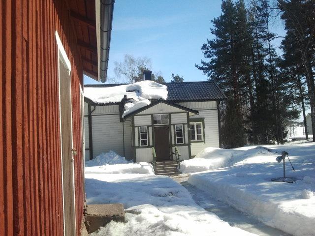 Här ligger en del av snön ännu på taket, men svärfar håller på att hjälpa den komma ner.