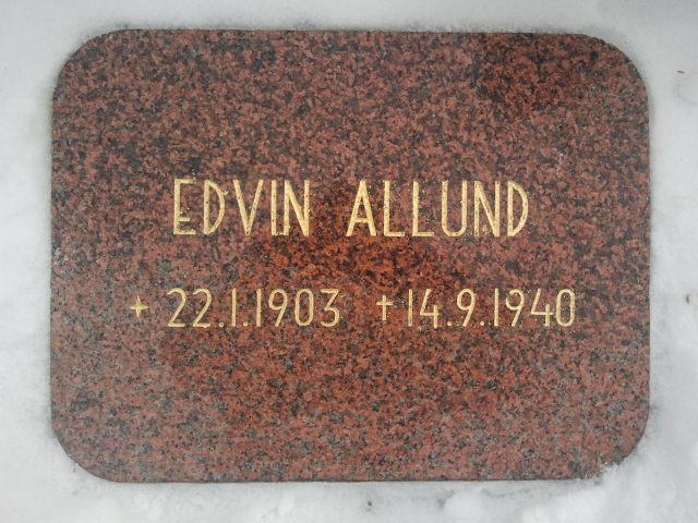 Morfar stupade i kriget, hans kropp återfanns aldrig. Det här är hans minnesplatta bland hjältegravarna på kyrkogården.