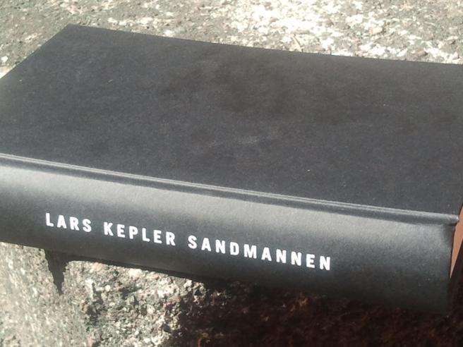Jag har suttit i solen på Kretsgången och läst Keplers Sandmannen.
