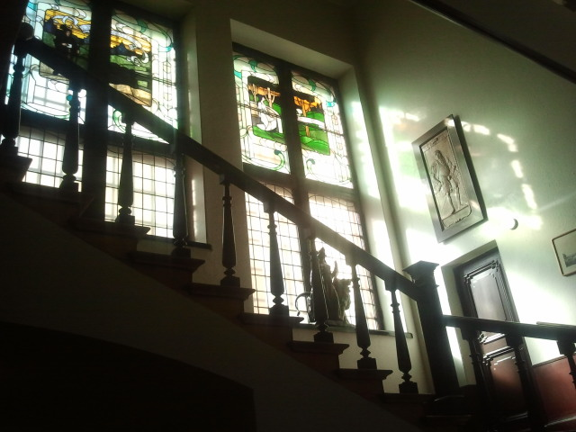 Se så vackert ljuset silas genom de stora fönstren i trappuppgången.