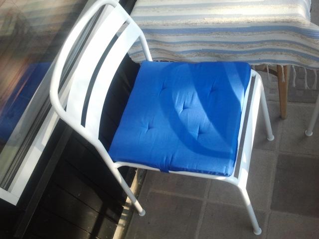 Nya stolar till balkongen och sittdynor blev det också. Blåvitt som i Finlands flagga var inte alls genomtänkt, men visst är det fint?