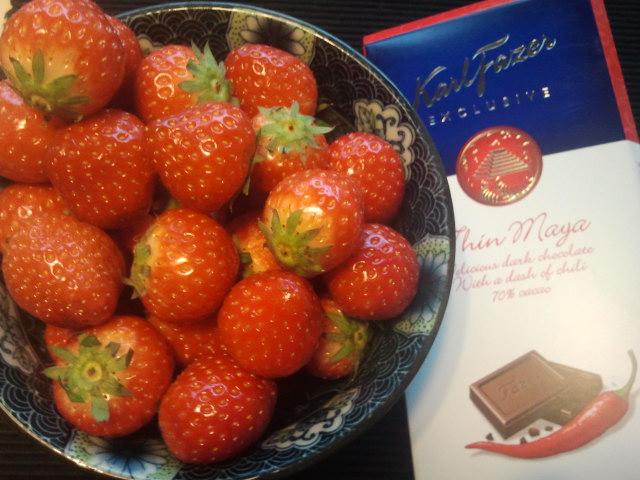 Men så kom gästerna några minuter tidigare än väntat. Med sig hade de jättespänstiga och söta jordgubbar, en flaska mousserat och chilichoklad!
