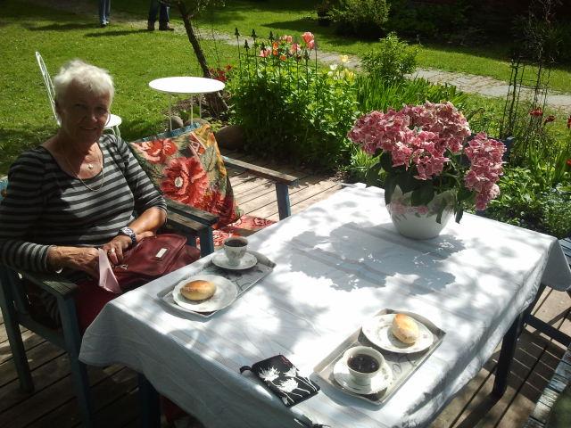 Hos Olga och Markku är det alltid lika underbart att avnjuta kaffe ur porslinskoppar. Olgas kålpiroger är också underbart goda.