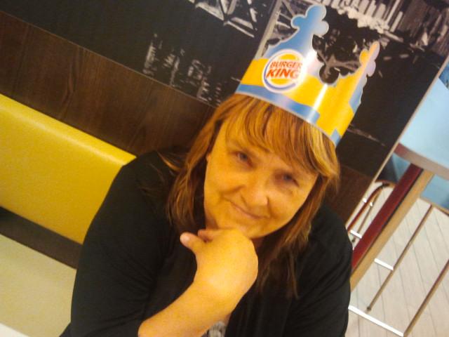 The Boss hade konsert i Stockholm i går, men jag blev The King på en burgarbar i Eskilstuna. Hattarna var avsedda för barnkunderna, men jag har ju barnasinnet i behåll. Dessutom är det Lovisa Tors färger, hatten kan användas då innebandysäsongen åter kör i gång på hösten.