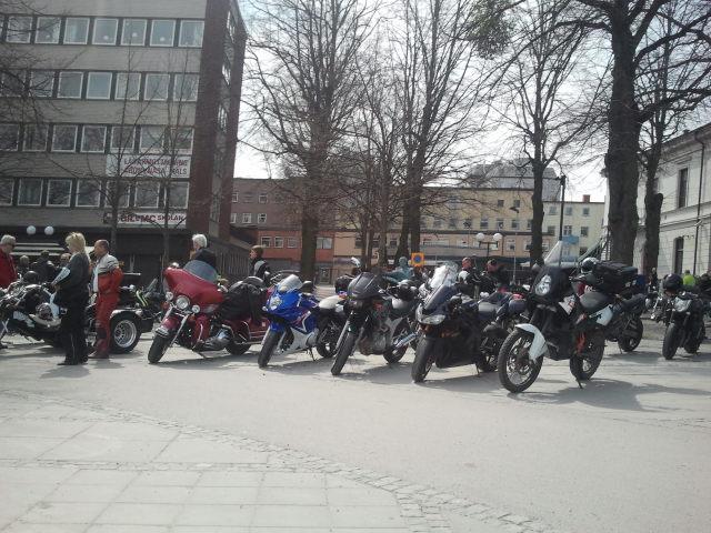 Hundratals motorcyklister hade samlats i centrum av staden. Vi tror det var Mälaren runt som gällde.