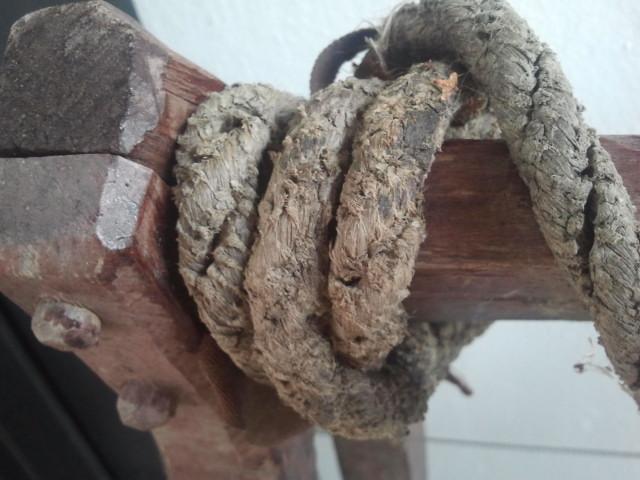 Så här byggde man förr. Det här är en närstudie av en släde som gamla släktingar dragit stora mjölkkannor på från lagården till hemmet. Älskar det slitna repet.