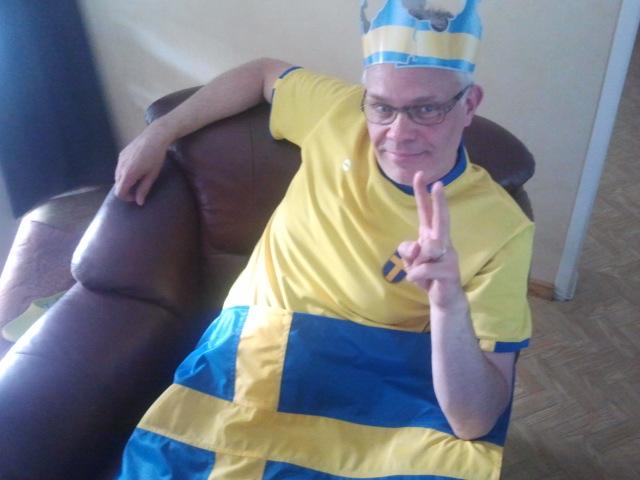 Han är ännu chockad men glad och tvingades ställa upp på denna bild eftersom han hade lovat göra det om Sverige vann.