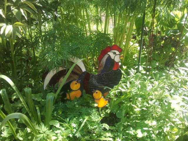 Hos Anneli finns alla möjliga trevliga prydnader bland växterna.