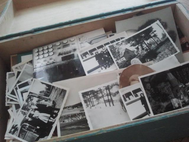 Lådan visade sig innehålla gamla fotografier, både svartvita och polaroid. Nu gäller det att sortera dem och kanske få en del av personerna och platserna på bilderna identifierade.
