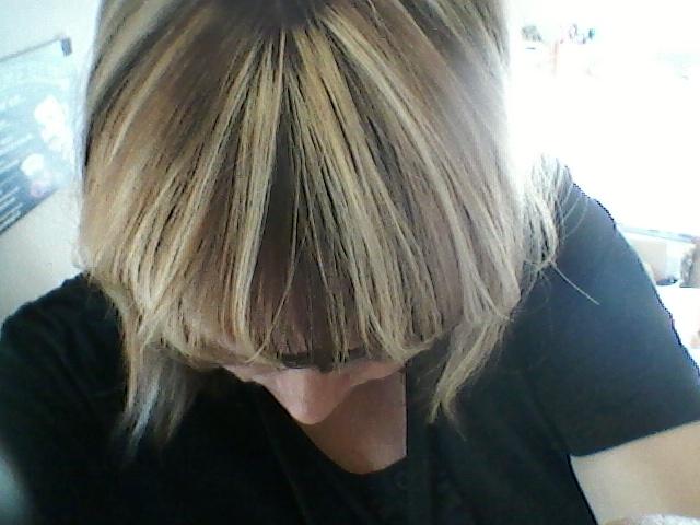 Så man kan säga att kusen bidrog till att jag hade råd att fixa håret hos frisören i dag. Hon ville ha 75 euro för klippning, ränder, ny färg i roten, tvätt m.m.
