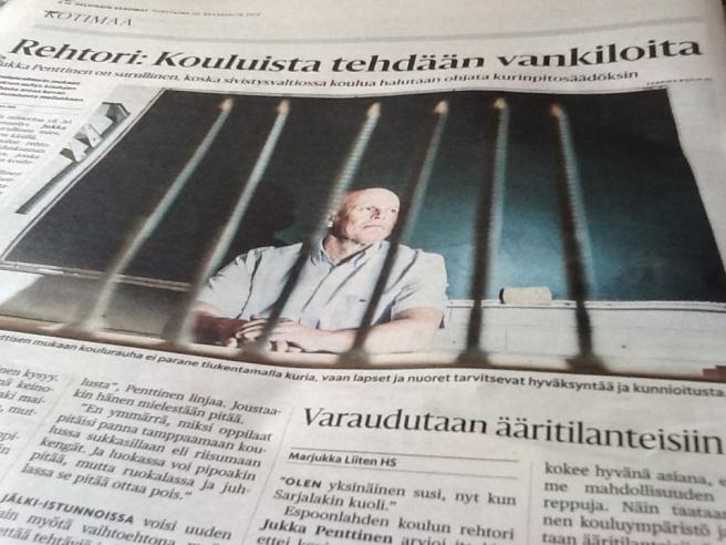 I torsdagens Helsingin Sanomat fanns den här bilden och rubriken. De stöder verkligen varandra. Pennorna i förgrunden ser ut som ett galler. För rikssvenska läsare låter rubriken översatt så här: Rektor: Skolorna görs till fängelser.