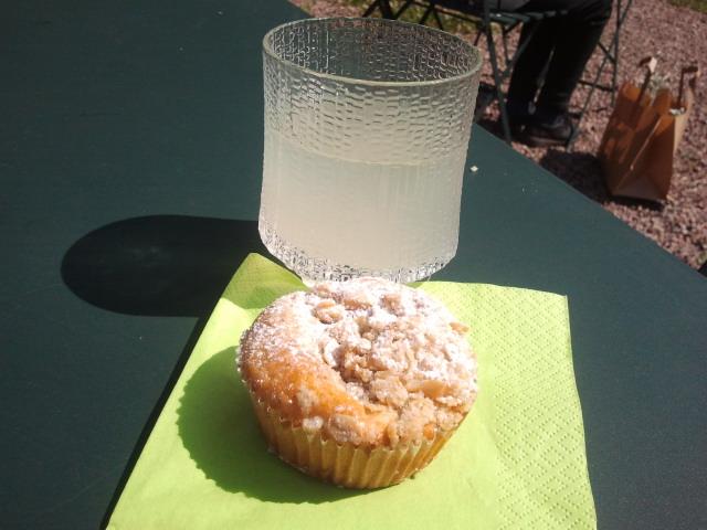 Jag satsade på en rabarbermuffins och ett glas citronsaft. Det var helt rätt val :-)
