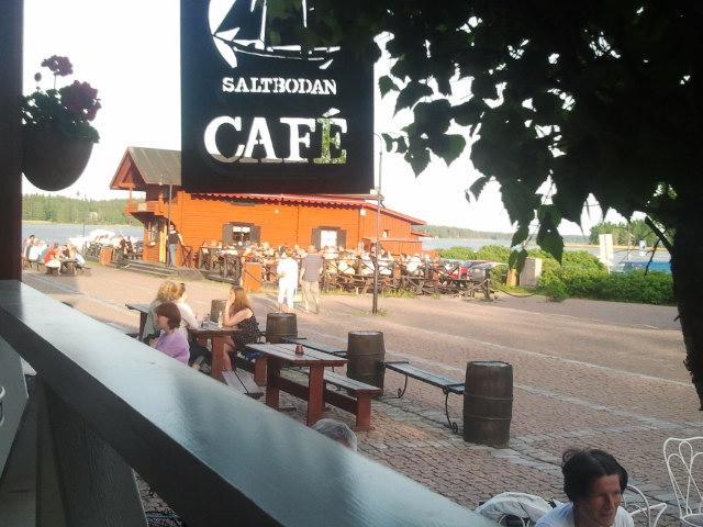 Lördagskvällen var ljum och fin. Sällan är det så här varmt första dagen i juni. Vi sitter på Café Saltbodans terass och blickar ut över Café Skeppsbron.