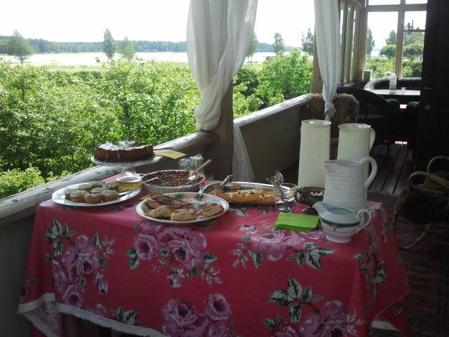 Kaffe, saft, bullar och piråger. En sådan vacker servering Aaltonens har med utsikt över Lovisaviken.