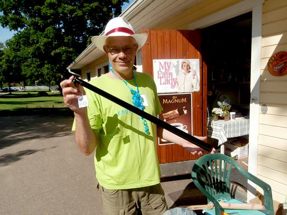 Nämen jeee! Precis vad han hade önskat sig då vi var i Eskilstuna senast. Vårt skohorn i plast från Ikea hade brustit. Chrille och Jeanette hade ett jättefint, långt skohorn i metall. Nu har vi också ett! Hurraaa!