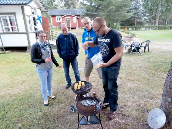 Jeanette, Magnus och Benny är hungriga och kollar hur grillmästaren Christians arbete framskrider.