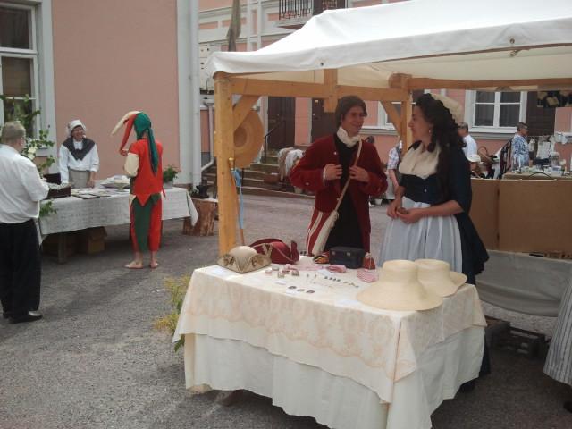 """På Alexandersgården arrangerades en medeltida marknad i lördags. Det var en del av evenemanget """"Konungen kommer till Lovisa"""". Jag var där en kvart efter att den öppnat så då var det ännu inte någon trängsel."""