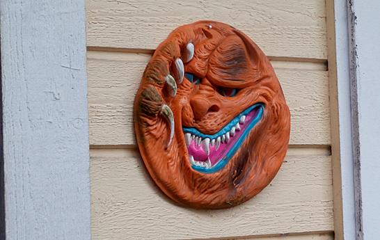 """""""Alltid skrämmer den någon"""" svarade Kioskföreståndaren då jag frågade varför masken spikats upp på väggen."""