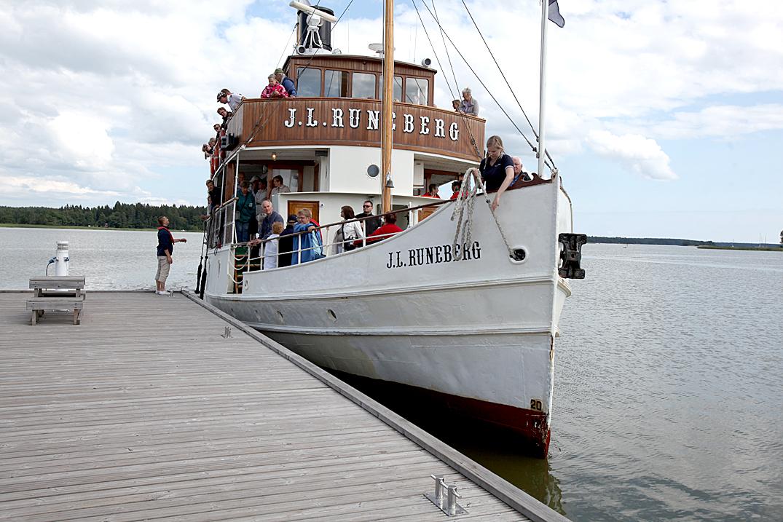 Fem gånger per sommar anländer J.L. Runeberg till Lovisa.