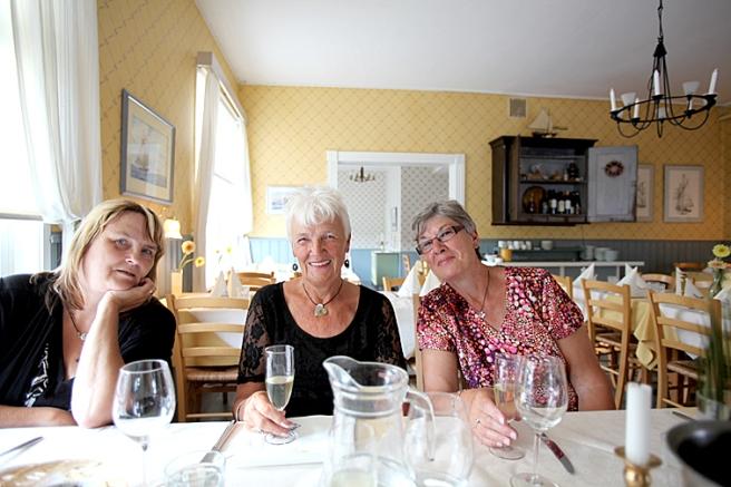 Tre damer i väntan på maten. I mitten svärmor Inge-Maj, till höger FasterAster (Ingegerd)