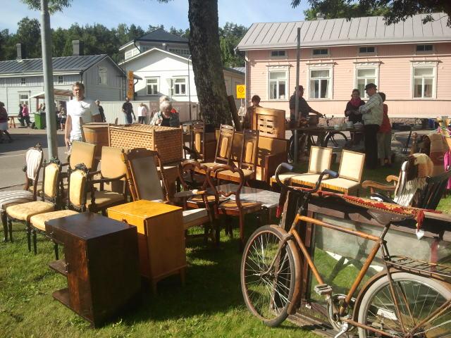 Den här bilden är från Mariegatans park. Här säljs bland annat gamla möbler.