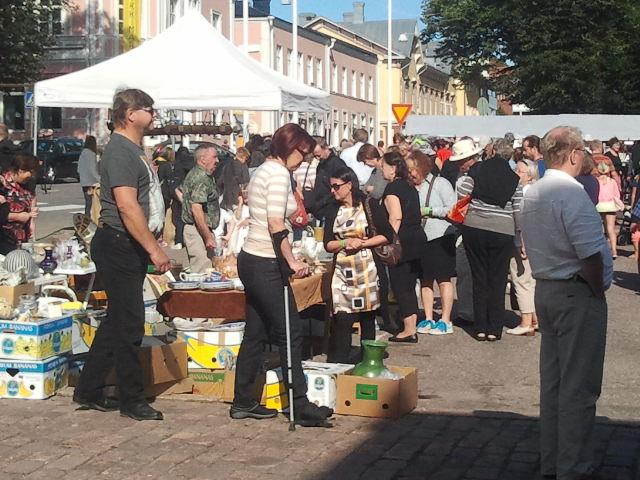 Lovisa torg mitt i centrum är fullproppat med försäljningsstånd. På Alexandersgården (huset syns i bakgrundn) arrangeras en antikmarknad.