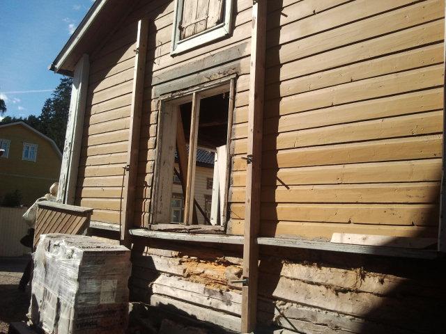 """""""Skulle vara billigare att bygga nytt än renovera det här"""" hördes en besökare säga. Visst. Men många i Lovisa köper inga gamla hus för att riva dem. De ger dem i stället sin tid, omtanke och pengar för att iståndsätta så pietetsfullt som det bara är möjligt."""