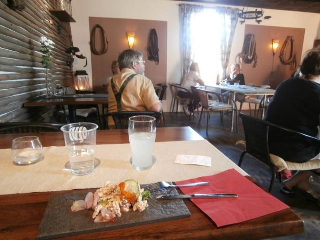 Det var svalt och skönt att äta inomhus. Valde liten skagenröra för tolv euro. Med en longdrink och vatten till.