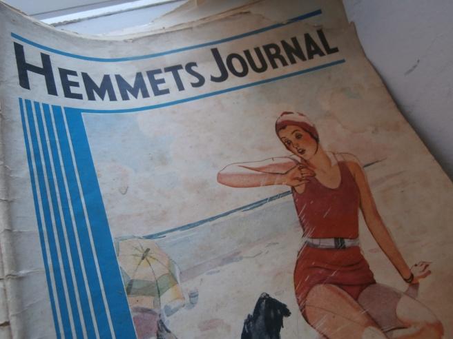 """Jag hade velat köpa högar av gamla tidningar. Det fanns massor av veckotidningar och serietidningar på samlarmässan, men, men... först måste jag ha en plats där jag kan lägga dem hemma. Så att de syns och inte bara blir och """"skräpar"""" nånstans. Så jag köpte inga tidningar den här gången."""