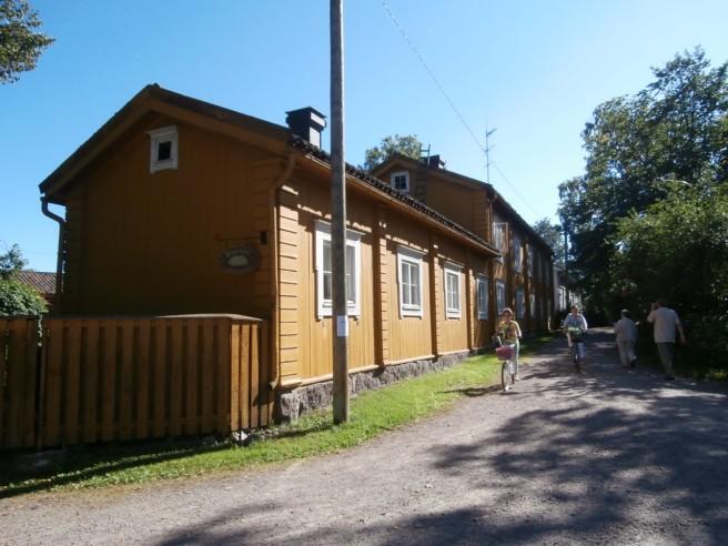 Pilastrarna heter det här huset. Äldsta delen är från 1776. Fungerar som hotell i dag och var ett av gårdsobjekten på Lovisa Historiska Hus.
