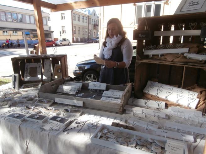 På producenttorget stod Tuija Rihtilä från Vanda och sålde allt från små stenar med namn på till hjärtan i olika former för olika ändamål.