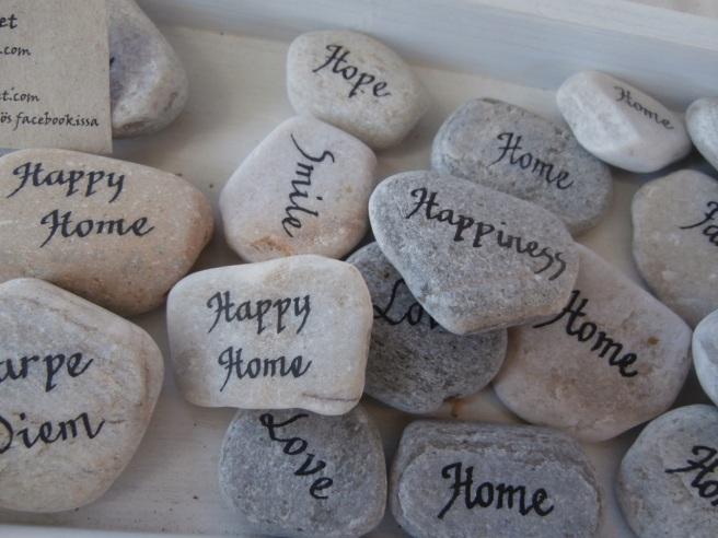 Stenar kan man använda till mycket. Som tyngder eller som prydnader på bord, i blomkrukor, i samband med bordsplacering på fester osv.