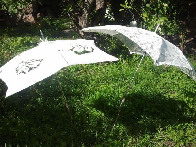 Skira vita paraplyer prydde trädgården.