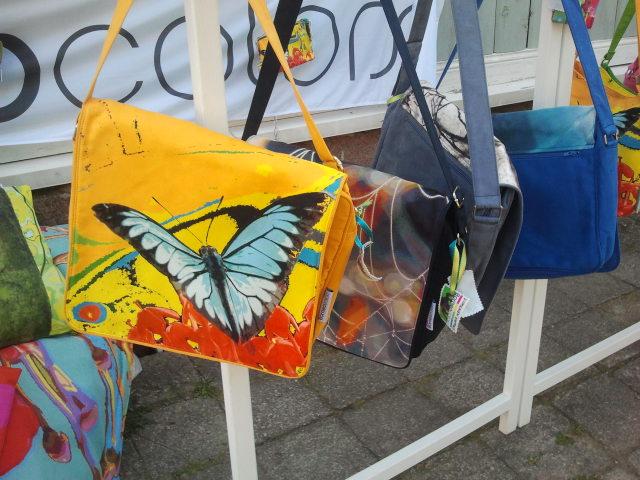 På Lovisa Historiska Hus är det fritt fram för alla att sälja gammalt och nytt. De här färgglada väskorna har Jutta Kuure hämtat från Joensuu till Lovisa.