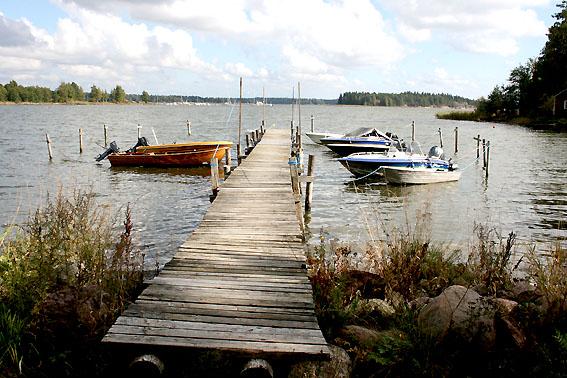 Än ligger många båtar vid bryggorna - här vid Bellastrand.