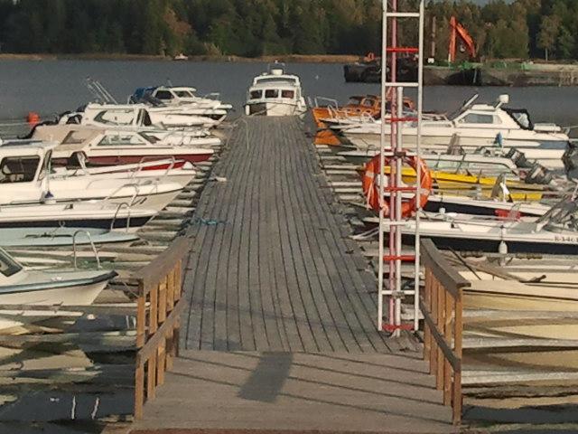 Jag har väl visat bilder förr från Skeppbroområdets båtbryggor. Än har många sina båtar kvar i viken.