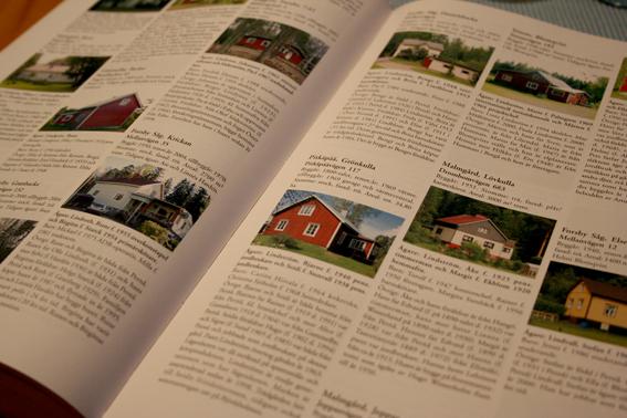 En bok späckad med uppgifter om hus i trakten. Vem som bott i dem, vem som är/varit gift med vem osv.